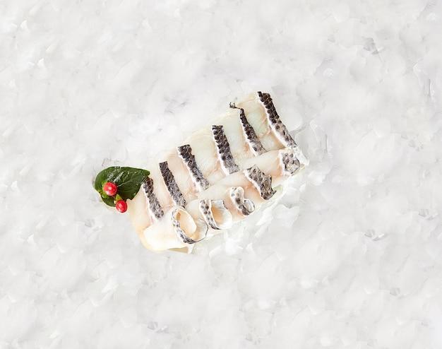 Filetti di pesce crudo su cubetti di ghiaccio