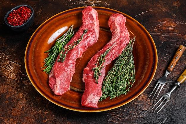 Bistecca di carne di manzo crudo su un piatto