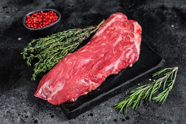 Bistecca di carne di manzo crudo sul fianco