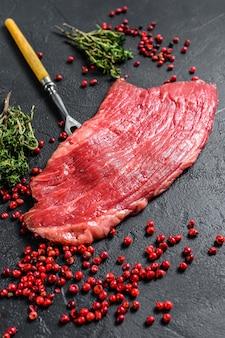 Bistecca di fianco cruda con rosmarino e sale rosa.
