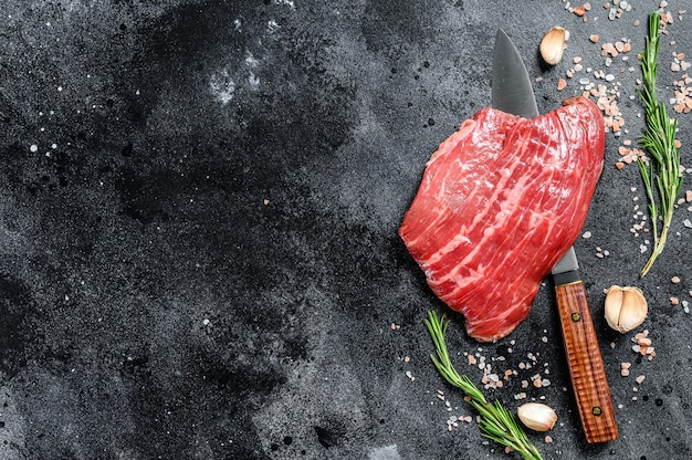Bistecca di black angus raw flat iron.