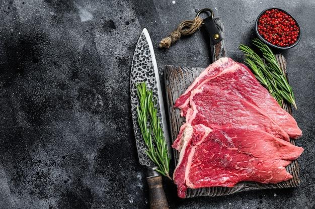 Bistecca rotonda di carne di manzo fresca cruda con erbe e spezie