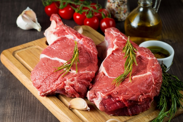 Carne fresca cruda con rosmarino