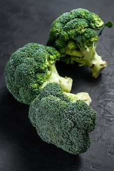 Broccoli verdi grezzi su una priorità bassa nera. vista dall'alto