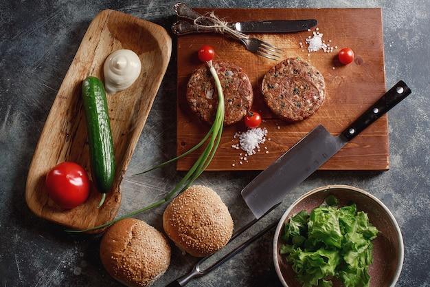 Carne di manzo macinata cruda cotolette di bistecca di hamburger con ingredienti sulla scheda
