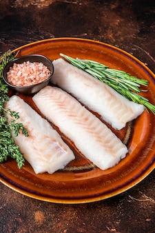 Filetto di lonza di eglefino crudo su piatto rustico con timo e sale