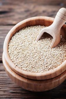 Quinoa sana cruda sulla tavola di legno