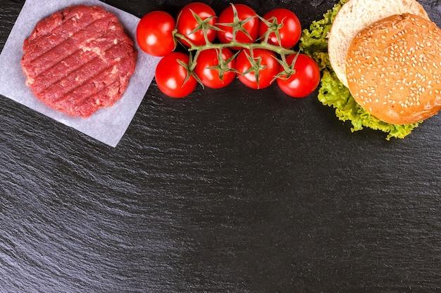 Le materie prime per l'hamburger fatto in casa.