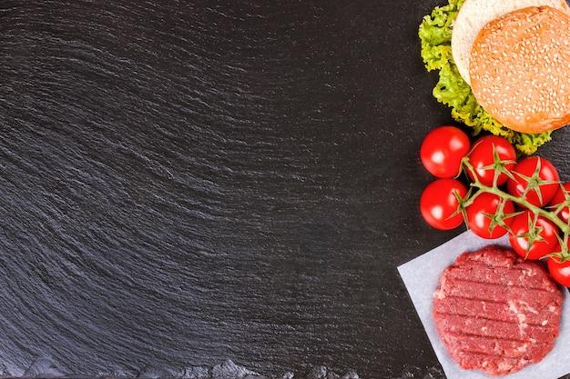 Le materie prime per l'hamburger fatto in casa