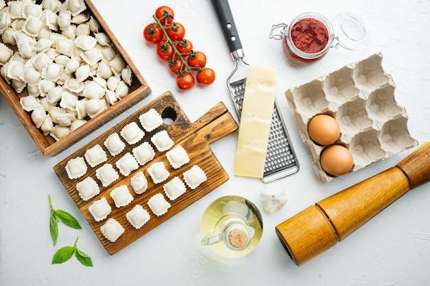 Tortellini italiani crudi dei ravioli con parmigiano e basilico freschi