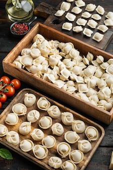 Tortellini italiani crudi dei ravioli