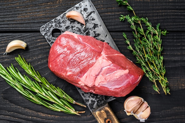 Bistecca di filetto di carne di agnello cruda su una mannaia