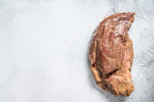 Bistecca tri-tip di manzo marinata cruda per arrosto. sfondo bianco.