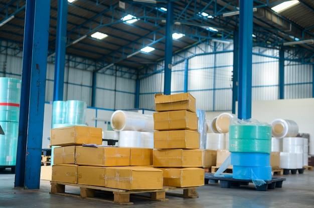 Materia prima per la fabbrica industriale medica nel fondo del magazzino