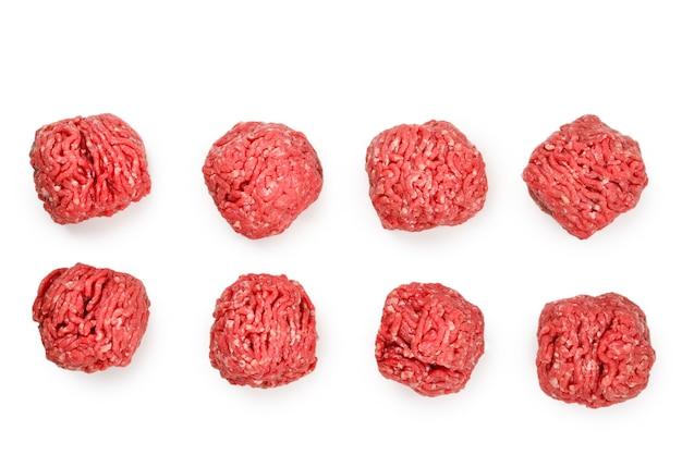 Polpette di carne cruda isolate su fondo bianco.