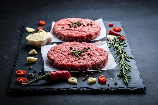Cotolette di hamburger di carne cruda con ingredienti