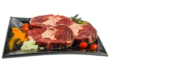 Fondo bianco del piatto della carne cruda, immagine dell'insegna con lo spazio della copia