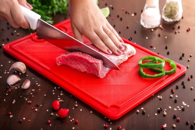 Selezione di carne cruda sul tagliere di legno