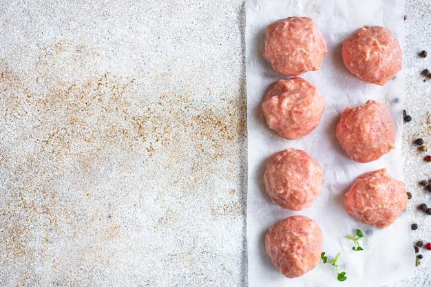 Polpette di carne crude carne macinata maiale manzo agnello pollo cotoletta di carne