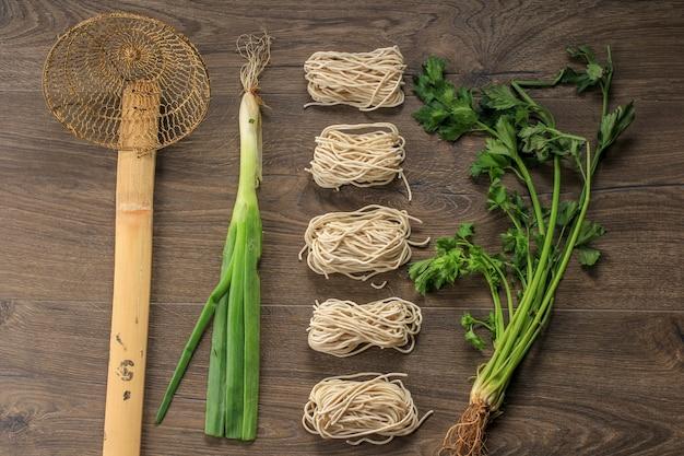 Mie ayam crudo, cibo di strada popolare indonesiano con concetto di knolling di noodle