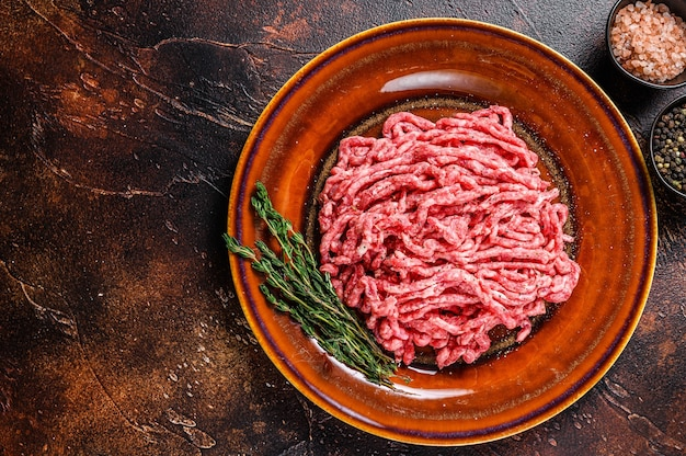 Tritare crudo angus wagyu di manzo, carne macinata alle erbe su un piatto