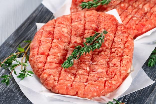 Polpette di manzo tritate crude per hamburger carne cruda hamburger costolette di manzo