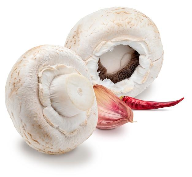 Funghi crudi interi con aglio agaricus bisporus champignon isolati su superficie bianca