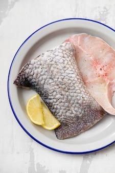 Pesce persico crudo del nilo al limone