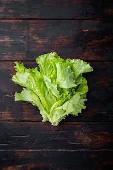 Verde organico crudo, lattuga di quercia, su tavola di legno scuro