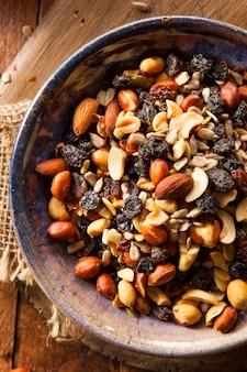 Preparato casalingo biologico crudo con noci e frutta