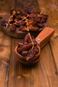 Date medjool organiche crude pronte da mangiare. dolci orientali su uno sfondo di legno. copia spazio.