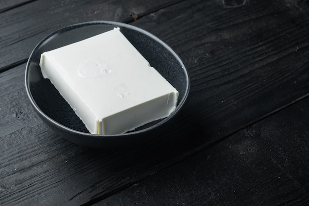 Set di formaggio feta bianco biologico crudo, sul tavolo di legno nero