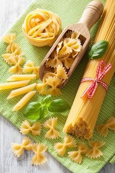 Pasta cruda farfalle spaghetti penne tagliatelle. cucina italiana