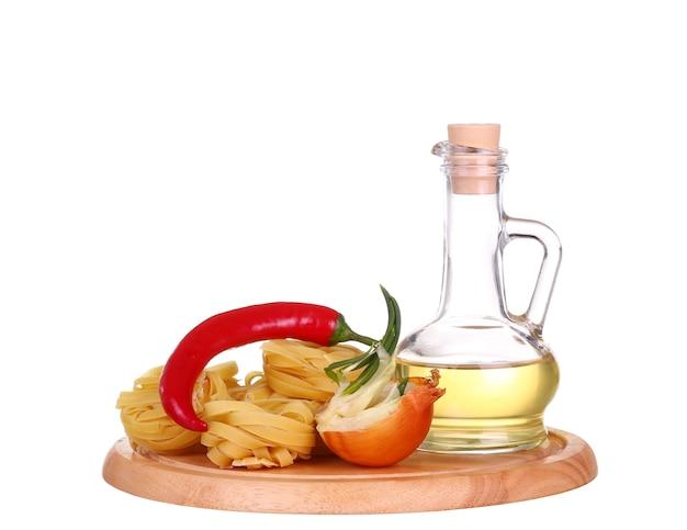 Pasta cruda e verdura dell'alimento isolata a fondo bianco e cherie