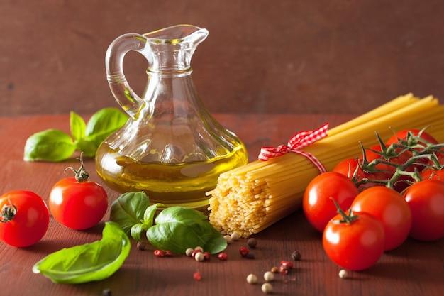 Pomodori all'olio di oliva della pasta cruda. cucina italiana in cucina rustica