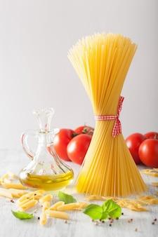 Pomodori all'olio di oliva della pasta cruda. cucina italiana