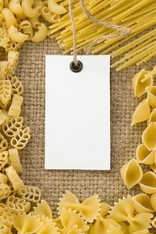 Pasta cruda e cartellino del prezzo sul sacco di iuta