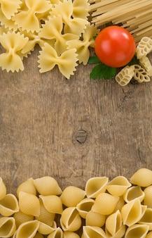 Pasta cruda a struttura di legno
