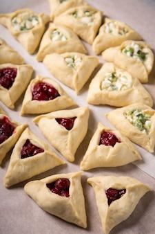 Tortini crudi a forma di triangolo