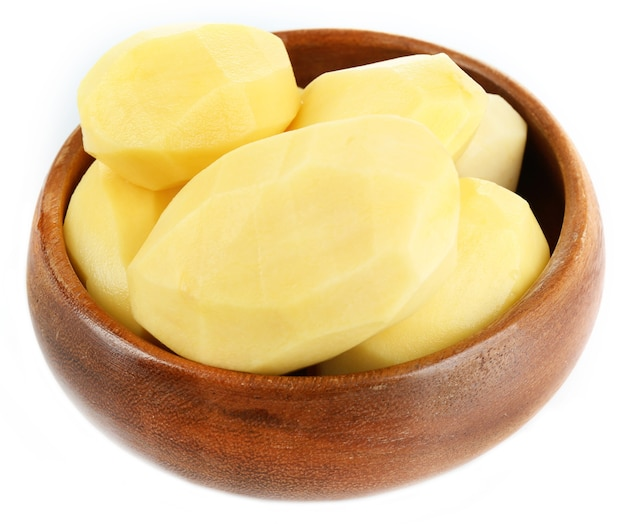 Patate sbucciate crude in ciotola isolata su white
