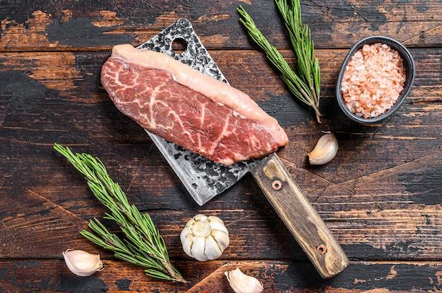 Picanha cruda o bistecca top controfiletto su una mannaia