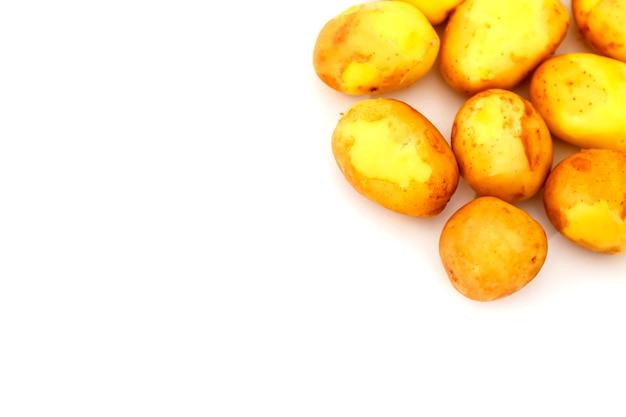 Patate crude su sfondo bianco. patate fresche su isolato. vendemmia anticipata. verdure lavate. messa a fuoco selettiva. concetto di abilità culinaria. posto per un'iscrizione o un logo