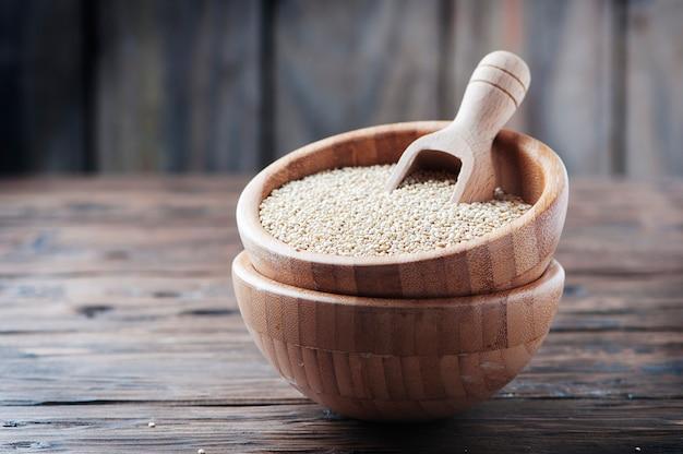 Quinoa cruda sulla tavola di legno