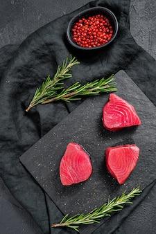 Bistecca di tonno rosso crudo.