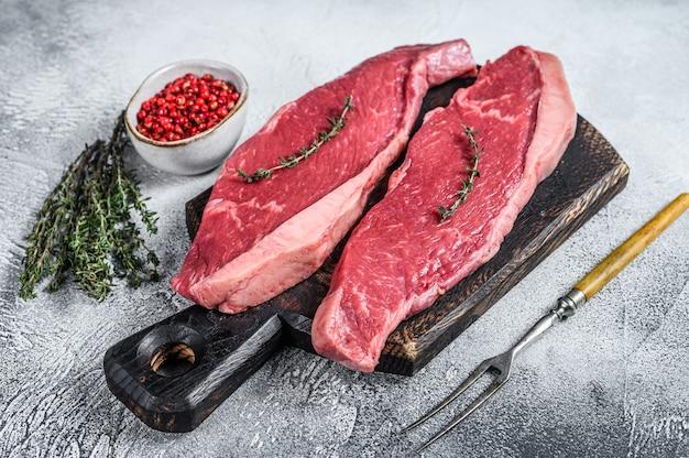 Fesa cruda o bistecca di picanha su un tagliere di legno