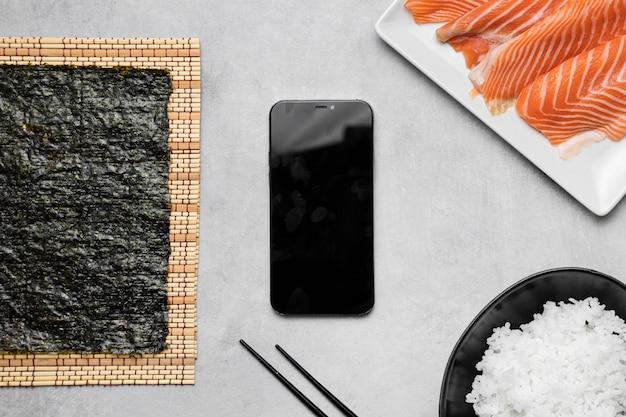 Salmone crudo e avocado piatto laici