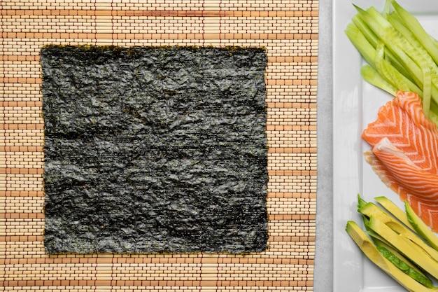 Salmone crudo e avocado sopra vie w
