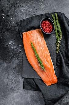 Filetto di salmone crudo al rosmarino e pepe rosa. pesce biologico