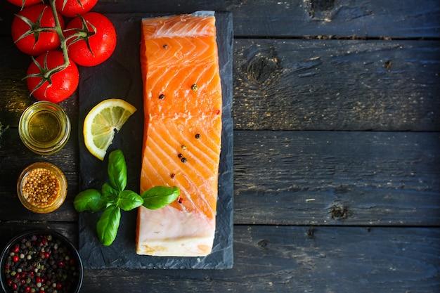 Pezzo di salmone crudo pesce frutti di mare piatto fresco