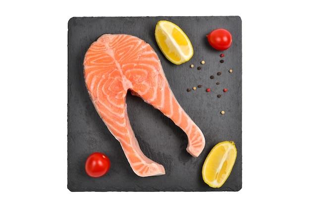 Trancio di salmone crudo isolato su bianco.